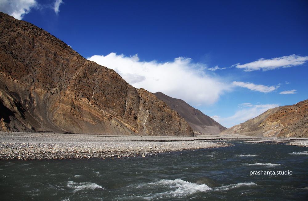 आफ्नै शुरमा बगिरहेको कालि गण्डकी नदी
